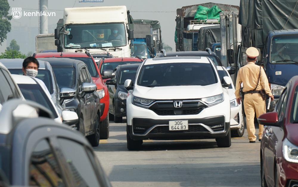 Toàn cảnh Hà Nội trong ngày đầu nới lỏng giãn cách: Đặc sản tắc đường, nhịp sống quay trở lại, người dân ùn ùn ra cửa ngõ rời Thủ đô - Ảnh 22.