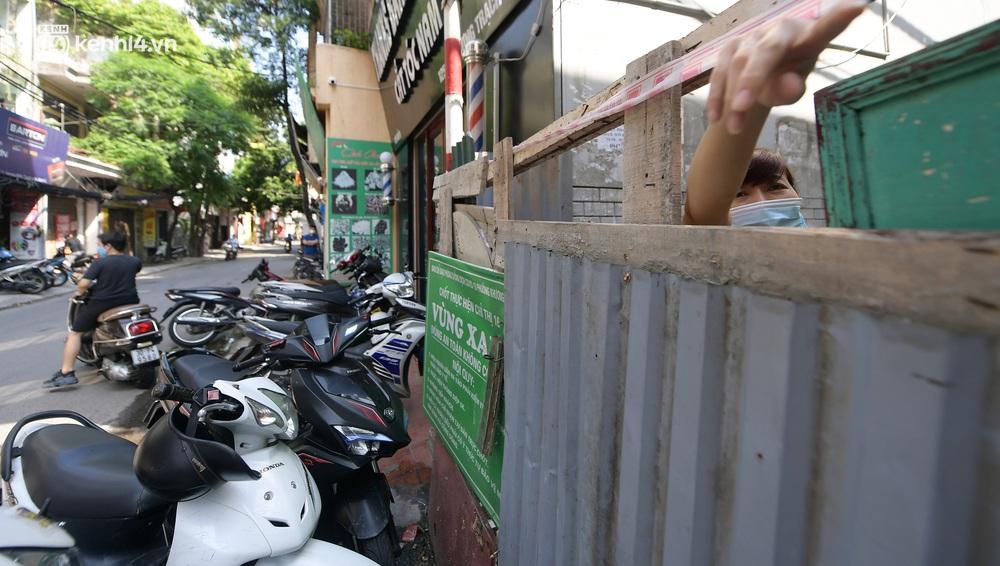 Toàn cảnh Hà Nội trong ngày đầu nới lỏng giãn cách: Đặc sản tắc đường, nhịp sống quay trở lại, người dân ùn ùn ra cửa ngõ rời Thủ đô - Ảnh 17.