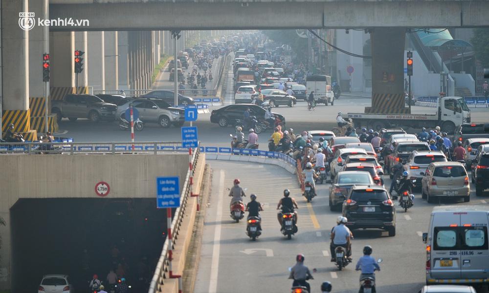 Toàn cảnh Hà Nội trong ngày đầu nới lỏng giãn cách: Đặc sản tắc đường, nhịp sống quay trở lại, người dân ùn ùn ra cửa ngõ rời Thủ đô - Ảnh 12.