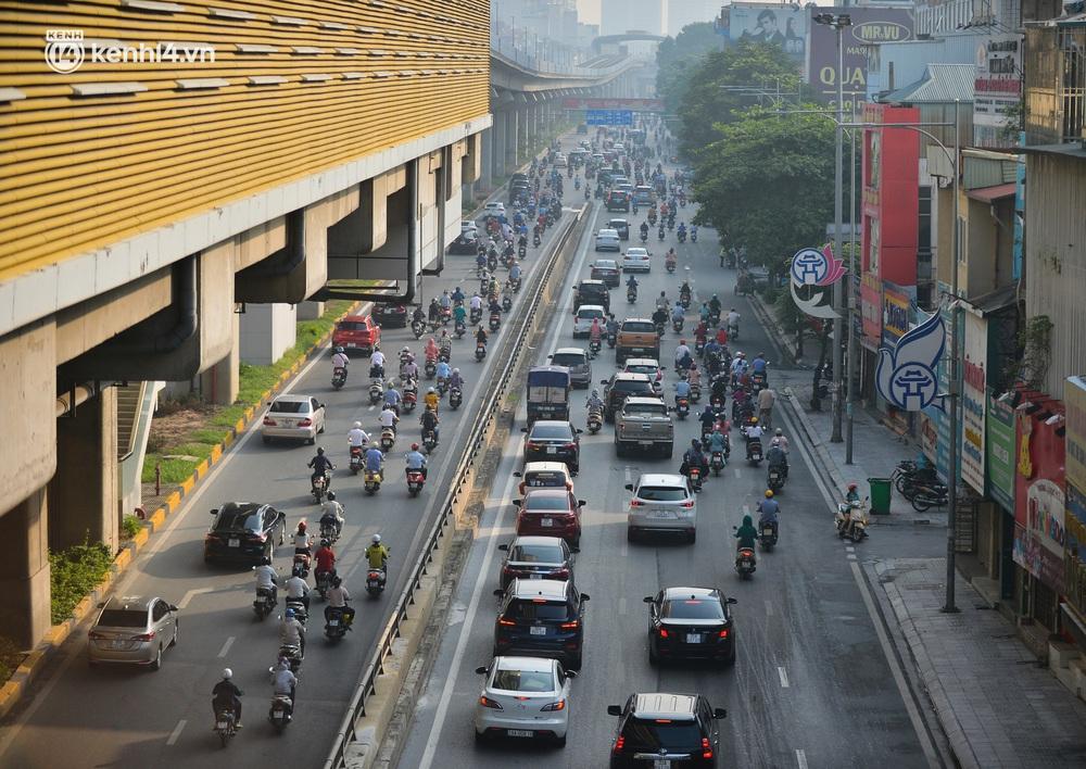 Ảnh: Hà Nội sáng đầu tiên nới lỏng giãn cách xã hội, người dân lại được trải nghiệm đặc sản tắc đường - Ảnh 1.