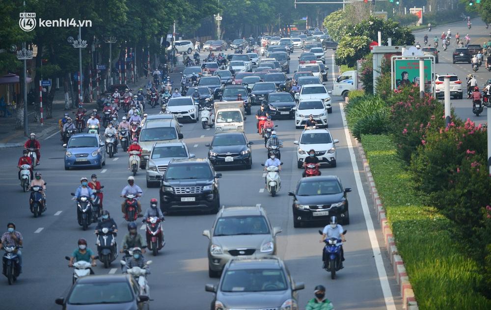 Ảnh: Hà Nội sáng đầu tiên nới lỏng giãn cách xã hội, người dân lại được trải nghiệm đặc sản tắc đường - Ảnh 19.