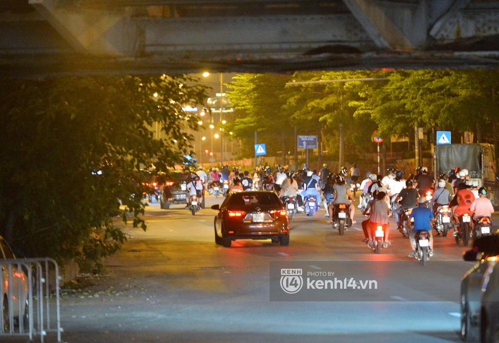 Ảnh: Không có chỗ tụ tập, vui chơi, nam thanh nữ tú kéo nhau đông nghịt lên cầu Long Biên tâm sự trong đêm Trung thu - Ảnh 1.