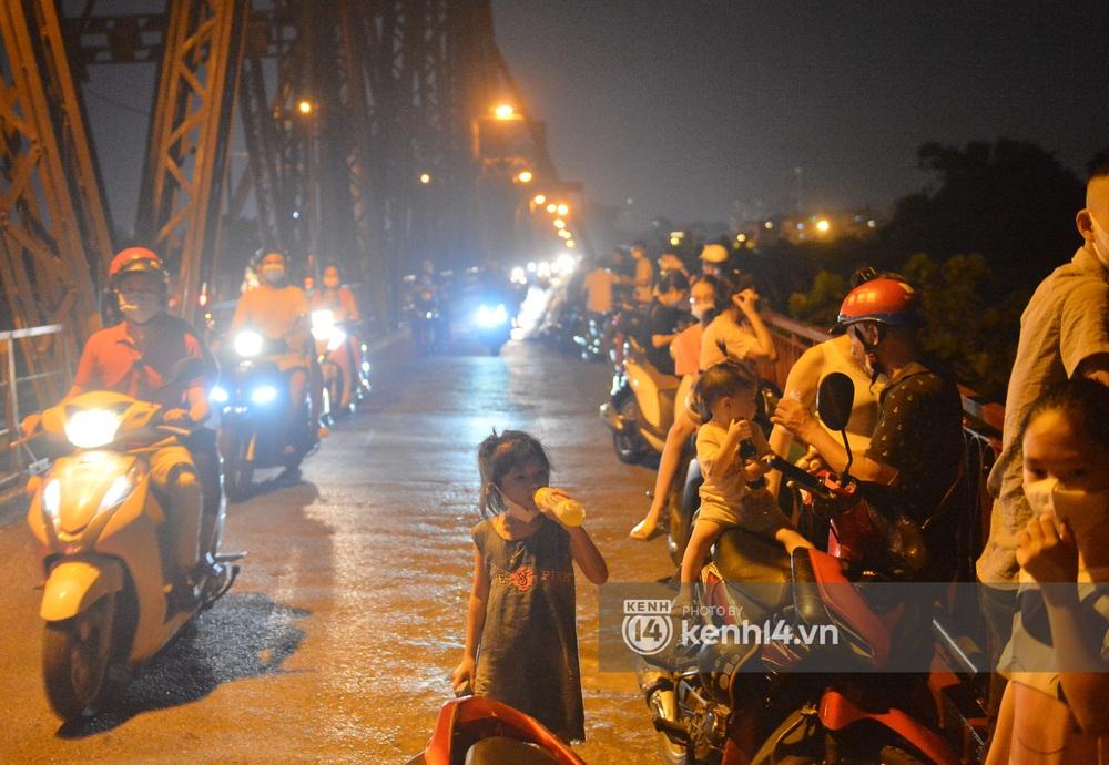 Ảnh: Không có chỗ tụ tập, vui chơi, nam thanh nữ tú kéo nhau đông nghịt lên cầu Long Biên tâm sự trong đêm Trung thu - Ảnh 4.