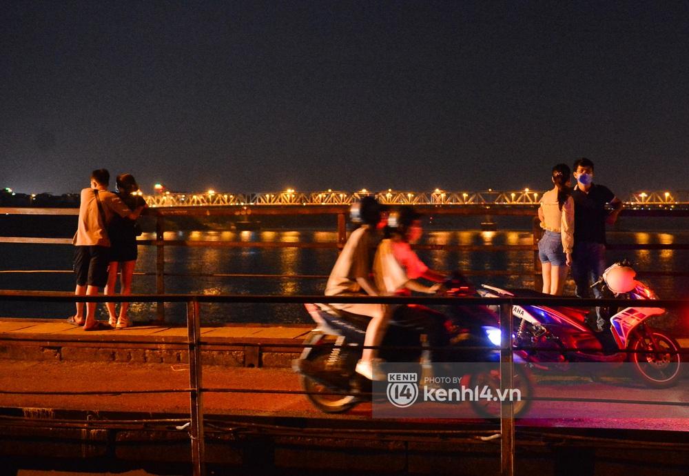 Ảnh: Không có chỗ tụ tập, vui chơi, nam thanh nữ tú kéo nhau đông nghịt lên cầu Long Biên tâm sự trong đêm Trung thu - Ảnh 6.
