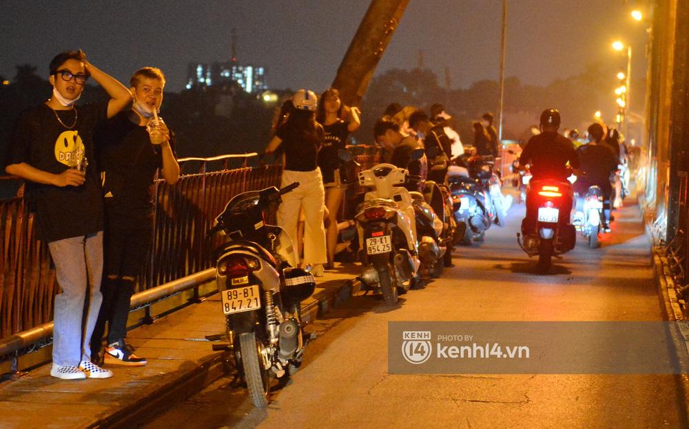 Ảnh: Không có chỗ tụ tập, vui chơi, nam thanh nữ tú kéo nhau đông nghịt lên cầu Long Biên tâm sự trong đêm Trung thu - Ảnh 7.