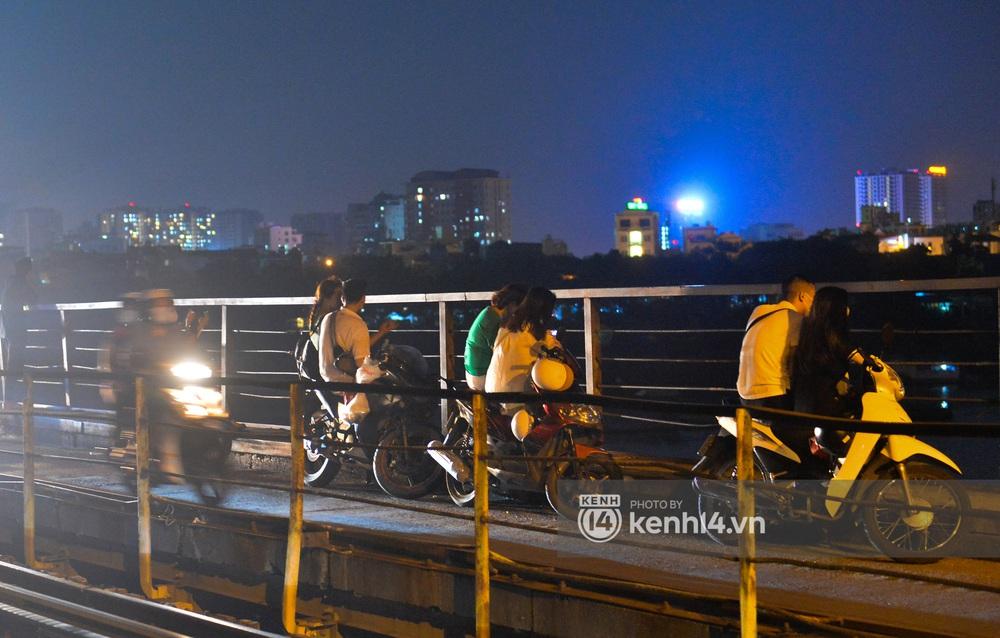 Ảnh: Không có chỗ tụ tập, vui chơi, nam thanh nữ tú kéo nhau đông nghịt lên cầu Long Biên tâm sự trong đêm Trung thu - Ảnh 10.