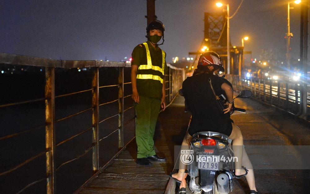 Ảnh: Không có chỗ tụ tập, vui chơi, nam thanh nữ tú kéo nhau đông nghịt lên cầu Long Biên tâm sự trong đêm Trung thu - Ảnh 9.