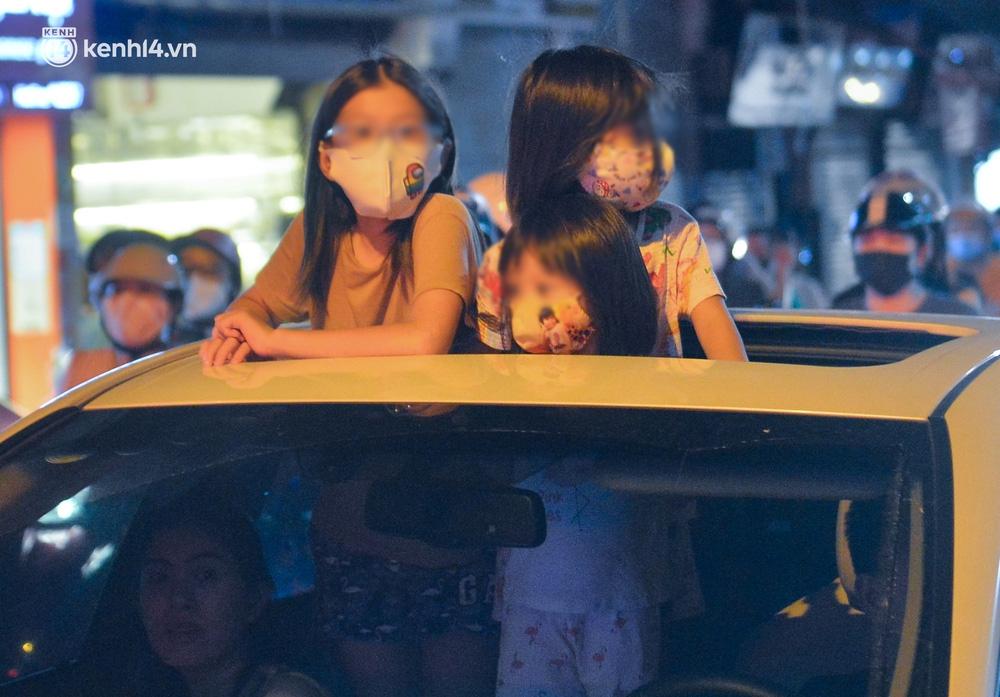 Ảnh: Trẻ nhỏ Hà Nội cùng bố mẹ vượt tắc đường lên phố cổ đón Trung thu đặc biệt - Ảnh 9.