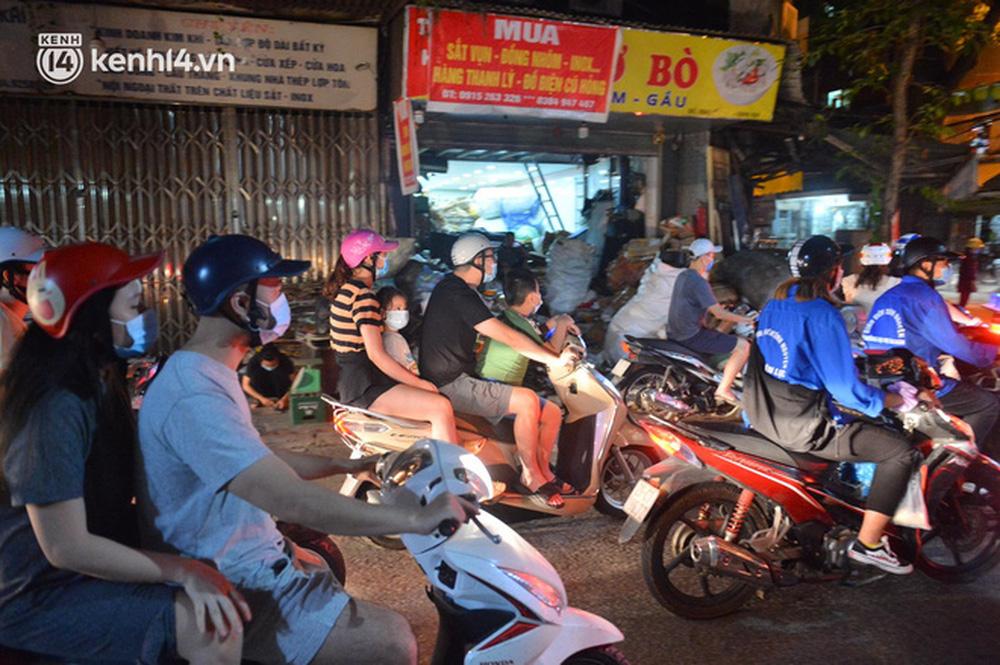 Ảnh: Trẻ nhỏ Hà Nội cùng bố mẹ vượt tắc đường lên phố cổ đón Trung thu đặc biệt - Ảnh 6.