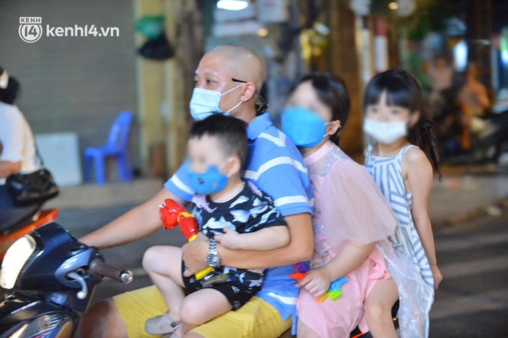 Ảnh: Trẻ nhỏ Hà Nội cùng bố mẹ vượt tắc đường lên phố cổ đón Trung thu đặc biệt - Ảnh 3.