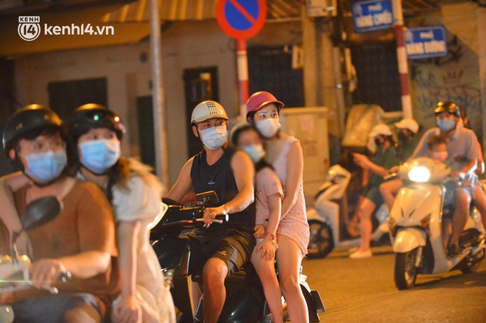 Ảnh: Trẻ nhỏ Hà Nội cùng bố mẹ vượt tắc đường lên phố cổ đón Trung thu đặc biệt - Ảnh 7.