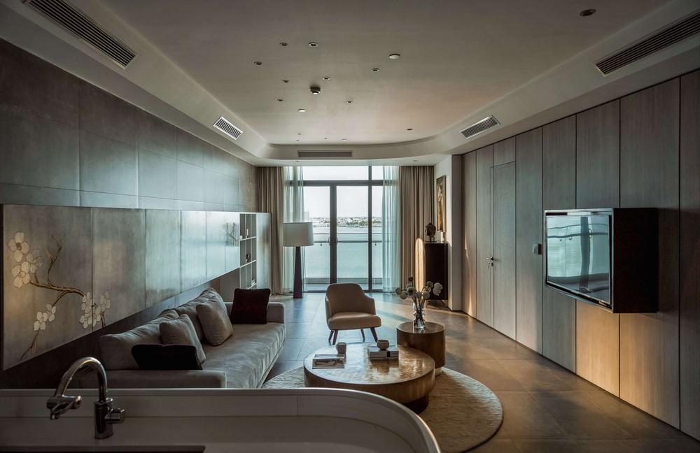 Gia chủ có gu mạnh dạn thay toàn khối cong cho căn hộ 126m2, góc nào cũng chất lại còn bắt trọn view cực xịn - Ảnh 1.