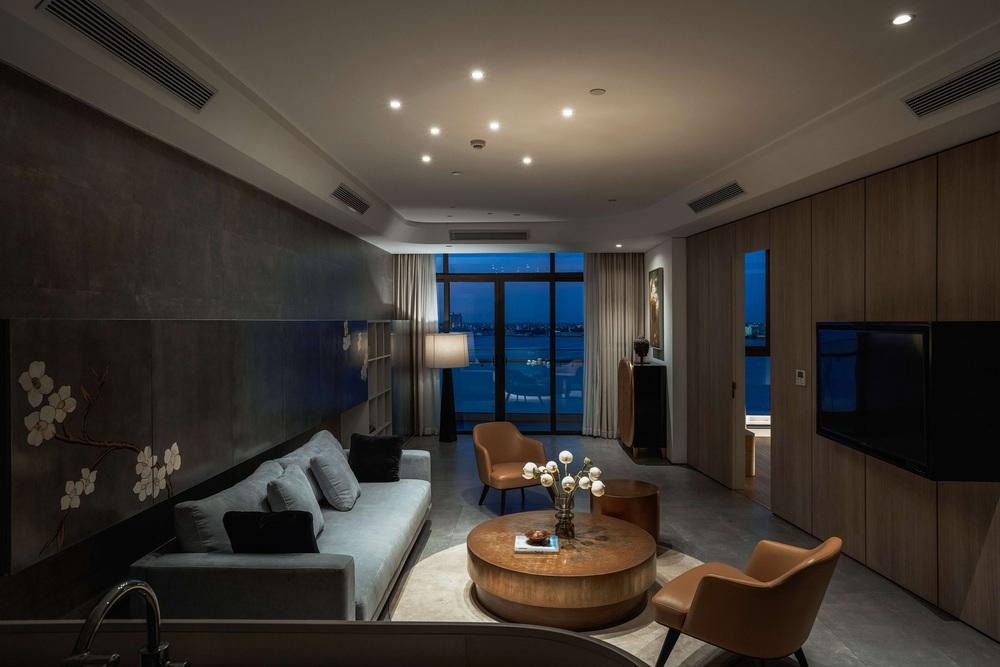 Gia chủ có gu mạnh dạn thay toàn khối cong cho căn hộ 126m2, góc nào cũng chất lại còn bắt trọn view cực xịn - Ảnh 2.