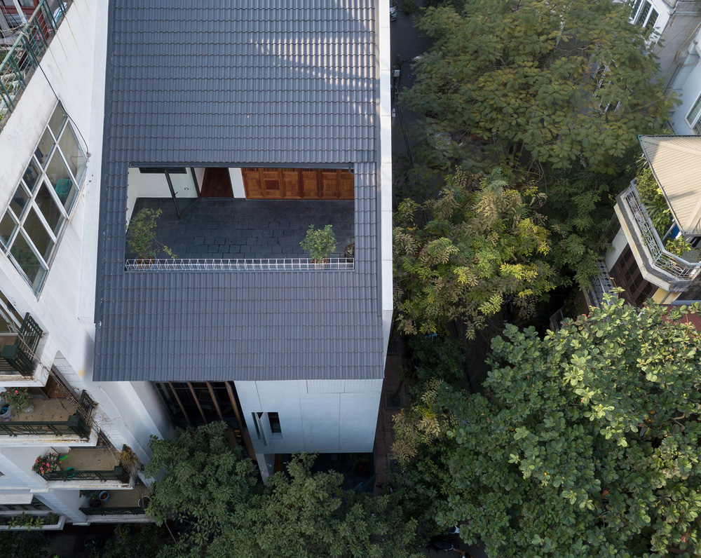 Nhà khoét mái 2 mặt tiền ở Hà Nội: Nhìn từ trên xuống đã trầm trồ, bước vào trong lại phải wow thêm tiếng nữa  - Ảnh 1.