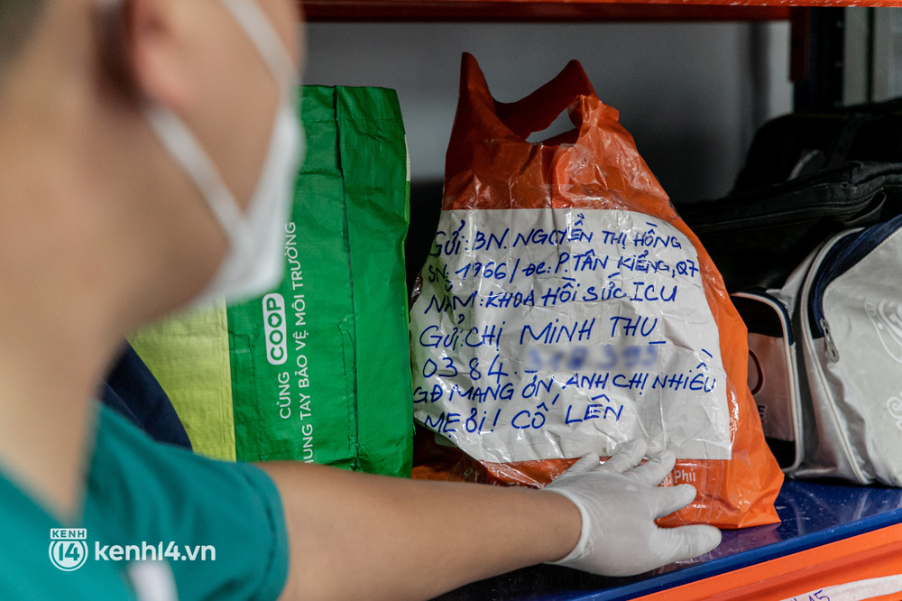Nghẹn lòng trao lại kỷ vật cho thân nhân người bệnh qua đời vì COVID-19 tại Bệnh viện Dã chiến số 6 - Ảnh 2.