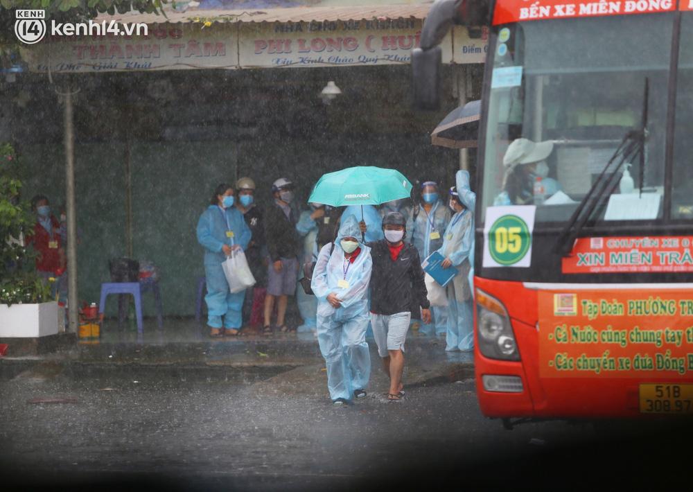 Hàng trăm bà bầu đội mưa, đợi xe về Quảng Ngãi sau bao ngày trông ngóng: Được về là tốt lắm rồi - Ảnh 3.