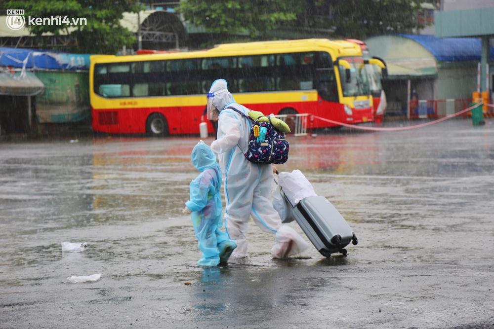Hàng trăm bà bầu đội mưa, đợi xe về Quảng Ngãi sau bao ngày trông ngóng: Được về là tốt lắm rồi - Ảnh 9.