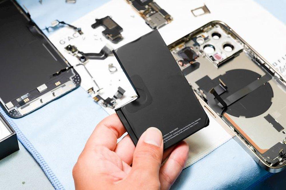 Hình ảnh mổ bụng chiếc iPhone 13 Pro Max đầu tiên tại Việt Nam, bên trong chiếc smartphone xịn xò này có gì? - Ảnh 4.