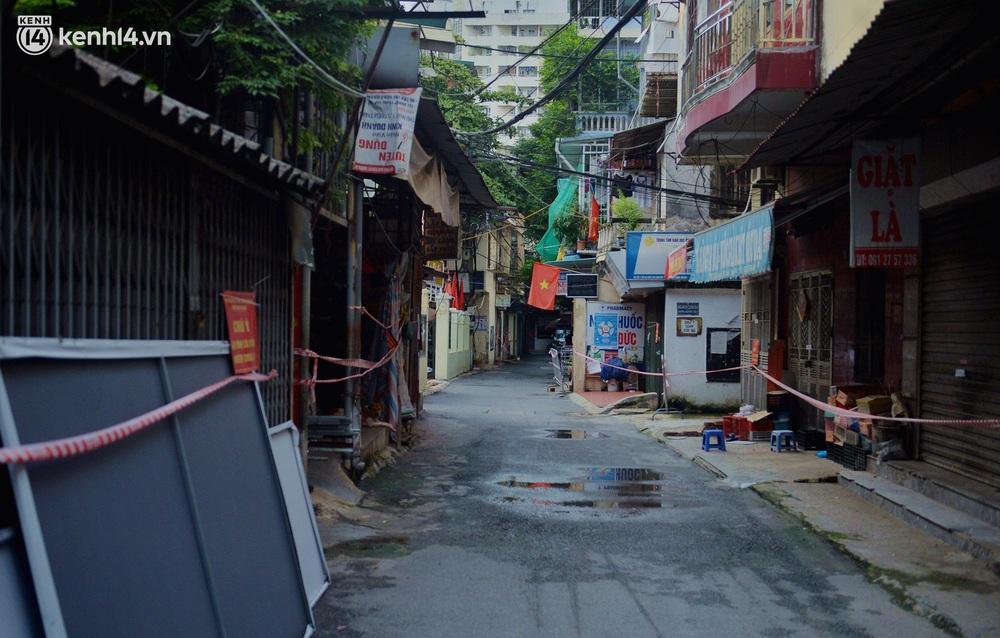 Hà Nội: Đi từng ngõ, ngách phun khử khuẩn tại ổ dịch Thanh Xuân Trung chuẩn bị đón hơn 1.100 người trở về - Ảnh 1.