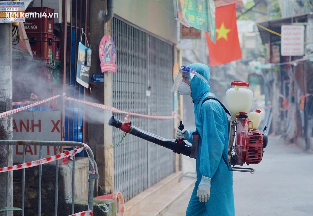 Hà Nội: Đi từng ngõ, ngách phun khử khuẩn tại ổ dịch Thanh Xuân Trung chuẩn bị đón hơn 1.100 người trở về - Ảnh 3.
