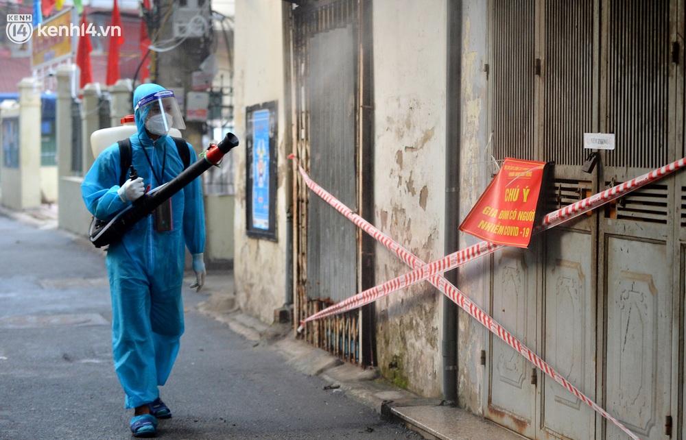 Hà Nội: Đi từng ngõ, ngách phun khử khuẩn tại ổ dịch Thanh Xuân Trung chuẩn bị đón hơn 1.100 người trở về - Ảnh 2.