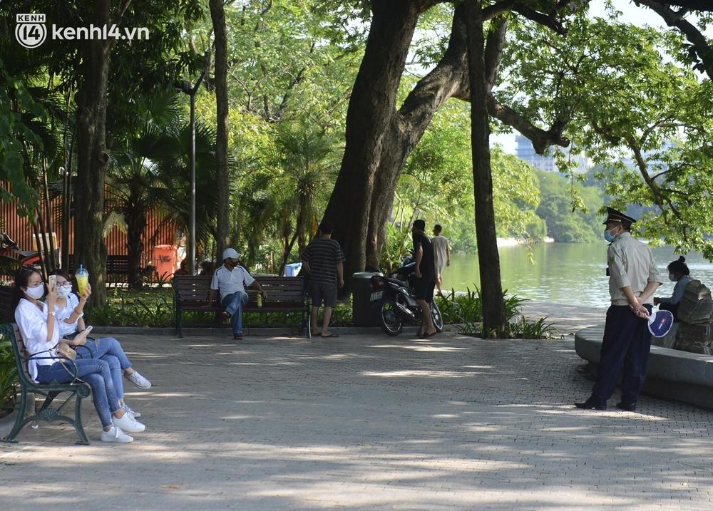 Ảnh: Hàng ghế ở hồ Gươm bị cỏ dại mọc bao quanh sau 2 tháng Hà Nội thực hiện giãn cách - Ảnh 11.
