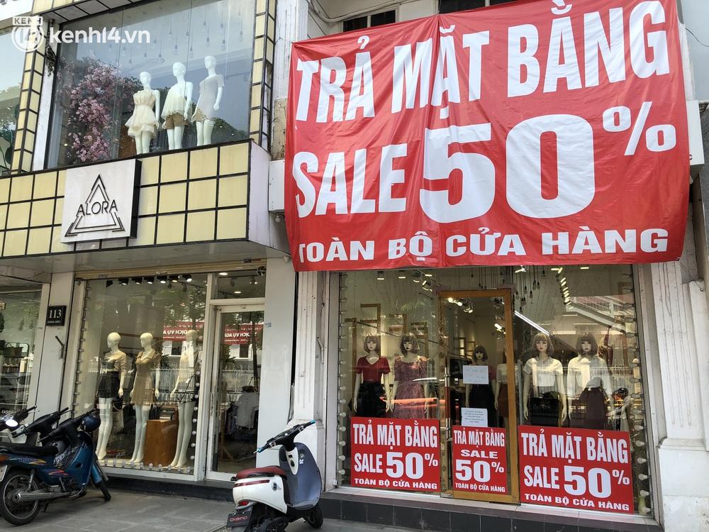 Hà Nội ngày đầu mở cửa trở lại TTTM, shop thời trang: Nơi tấp nập, nơi vắng hoe khách - Ảnh 13.