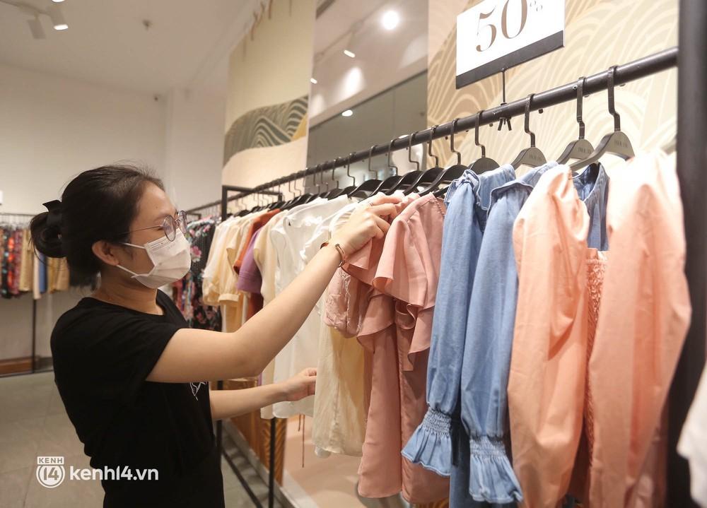 Hà Nội ngày đầu mở cửa trở lại TTTM, shop thời trang: Nơi tấp nập, nơi vắng hoe khách - Ảnh 9.