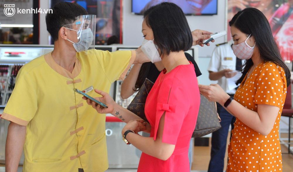 Hà Nội ngày đầu mở cửa trở lại TTTM, shop thời trang: Nơi tấp nập, nơi vắng hoe khách - Ảnh 4.