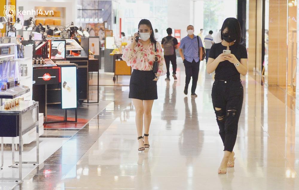 Hà Nội ngày đầu mở cửa trở lại TTTM, shop thời trang: Nơi tấp nập, nơi vắng hoe khách - Ảnh 1.