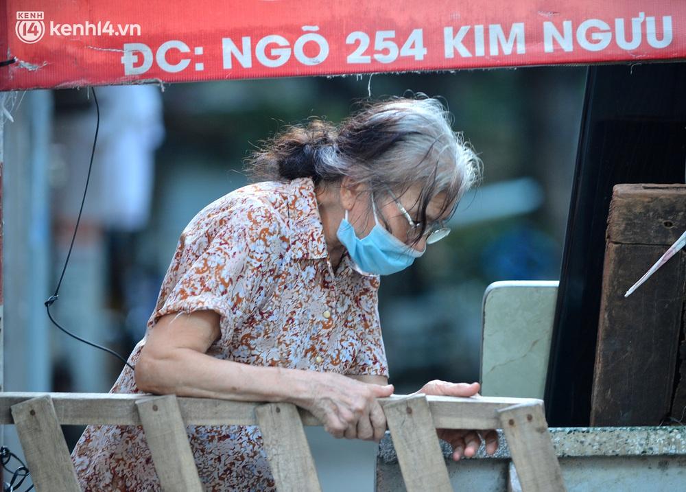 Ảnh: Muôn kiểu trèo rào, chui qua chốt cứng của người dân Hà Nội sau khi Thủ đô nới lỏng giãn cách - Ảnh 11.
