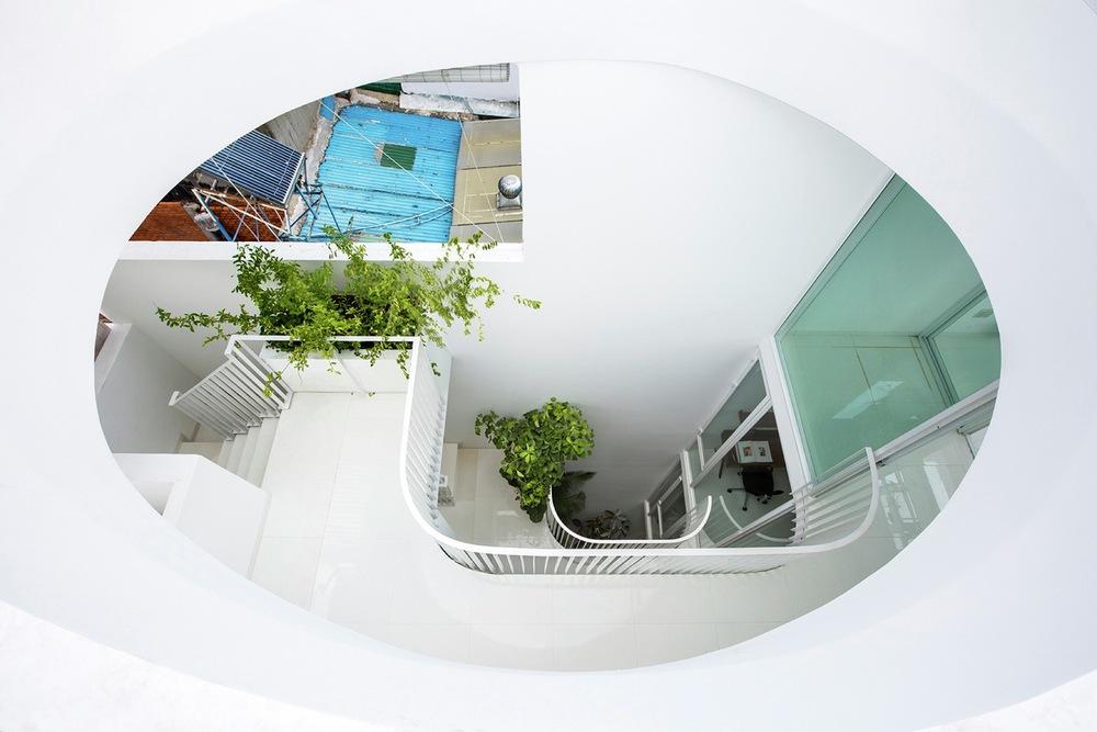 Gia đình trẻ ở Sài Gòn sống trong căn nhà 42m2 có giếng trời chữ D uốn cong cực đã, càng lên cao càng phải trầm trồ - Ảnh 4.