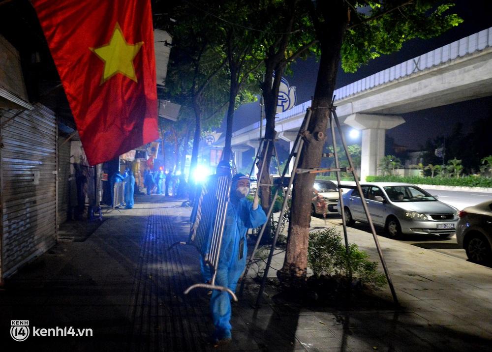 Hà Nội gỡ phong tỏa ổ dịch Thanh Xuân Trung: Người dân phấn khởi, nhân viên y tế bật khóc, ôm chầm lấy nhau vì hạnh phúc - Ảnh 4.