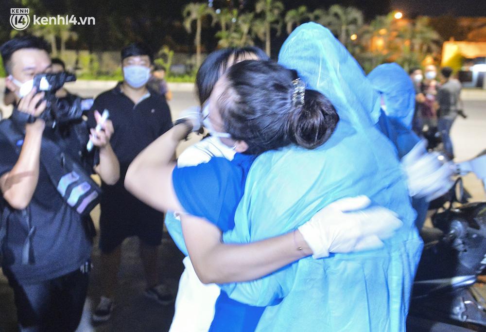 Hà Nội gỡ phong tỏa ổ dịch Thanh Xuân Trung: Người dân phấn khởi, nhân viên y tế bật khóc, ôm chầm lấy nhau vì hạnh phúc - Ảnh 7.