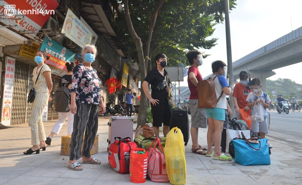 Hà Nội: Hơn 1.100 người dân tại ổ dịch Thanh Xuân Trung mặc áo bảo hộ kín mít, tự tay dỡ niêm phong trở về nhà - Ảnh 1.