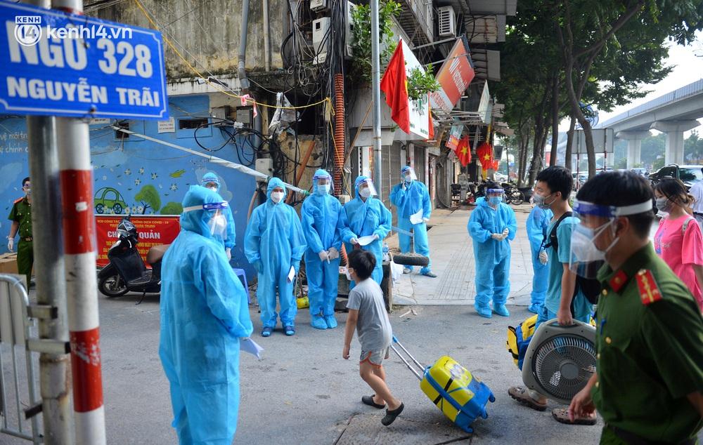 Hà Nội: Hơn 1.100 người dân tại ổ dịch Thanh Xuân Trung mặc áo bảo hộ kín mít, tự tay dỡ niêm phong trở về nhà - Ảnh 2.