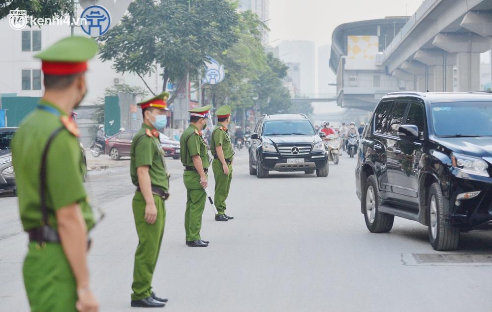 Hà Nội: Hơn 1.100 người dân tại ổ dịch Thanh Xuân Trung mặc áo bảo hộ kín mít, tự tay dỡ niêm phong trở về nhà - Ảnh 4.