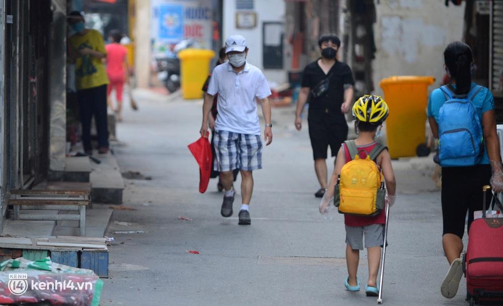 Hà Nội: Hơn 1.100 người dân tại ổ dịch Thanh Xuân Trung mặc áo bảo hộ kín mít, tự tay dỡ niêm phong trở về nhà - Ảnh 8.