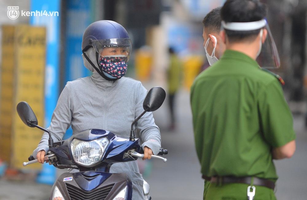 Hà Nội: Hơn 1.100 người dân tại ổ dịch Thanh Xuân Trung mặc áo bảo hộ kín mít, tự tay dỡ niêm phong trở về nhà - Ảnh 12.