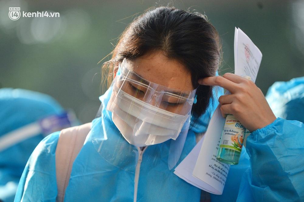 Hà Nội: Hơn 1.100 người dân tại ổ dịch Thanh Xuân Trung mặc áo bảo hộ kín mít, tự tay dỡ niêm phong trở về nhà - Ảnh 7.