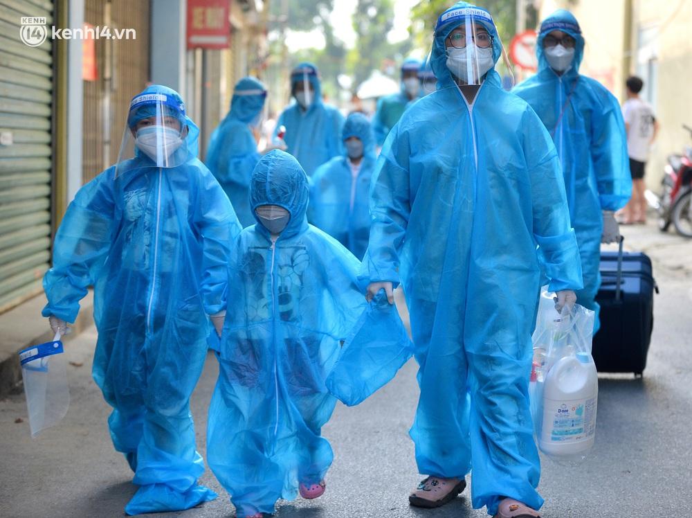 Hà Nội: Hơn 1.100 người dân tại ổ dịch Thanh Xuân Trung mặc áo bảo hộ kín mít, tự tay dỡ niêm phong trở về nhà - Ảnh 6.