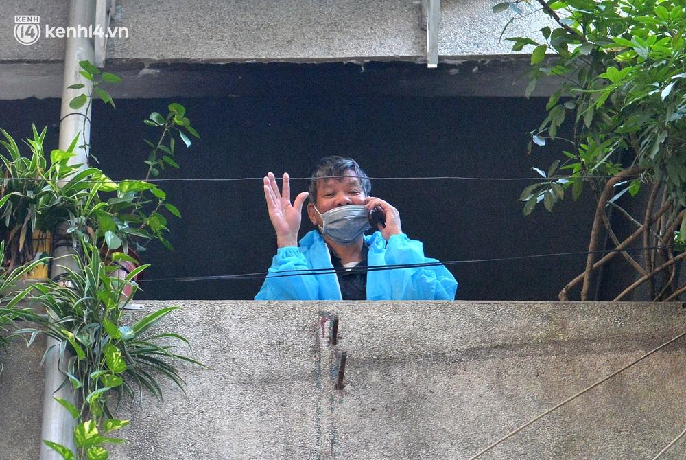 Hà Nội: Hơn 1.100 người dân tại ổ dịch Thanh Xuân Trung mặc áo bảo hộ kín mít, tự tay dỡ niêm phong trở về nhà - Ảnh 11.