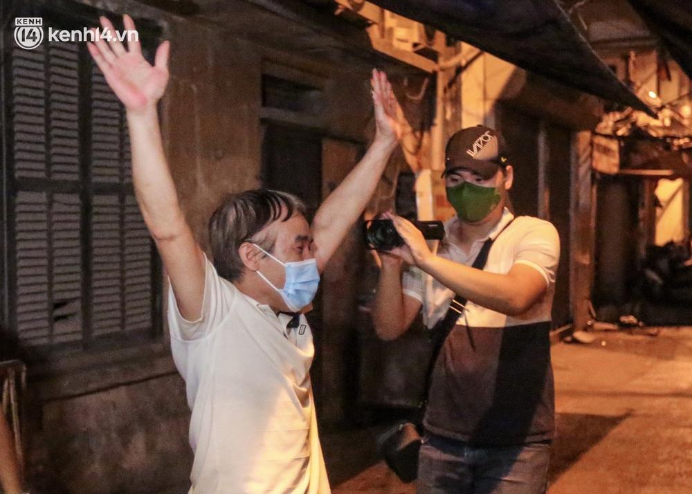 Hà Nội gỡ phong tỏa ổ dịch Thanh Xuân Trung: Người dân phấn khởi, nhân viên y tế bật khóc, ôm chầm lấy nhau vì hạnh phúc - Ảnh 6.