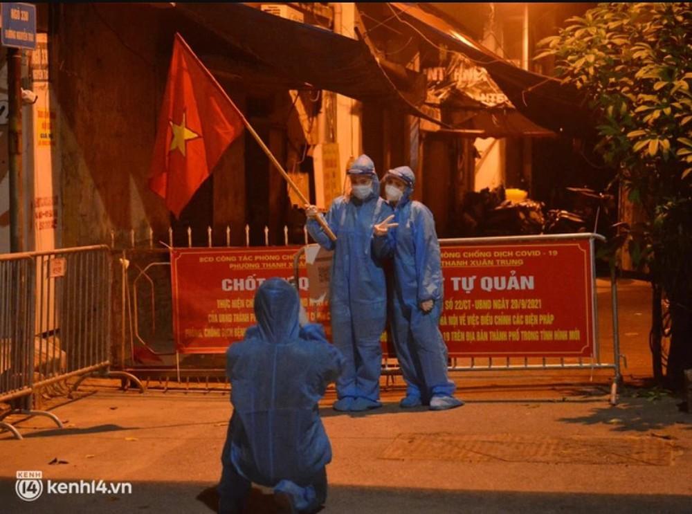 Hà Nội gỡ phong tỏa ổ dịch Thanh Xuân Trung: Người dân phấn khởi, nhân viên y tế bật khóc, ôm chầm lấy nhau vì hạnh phúc - Ảnh 2.