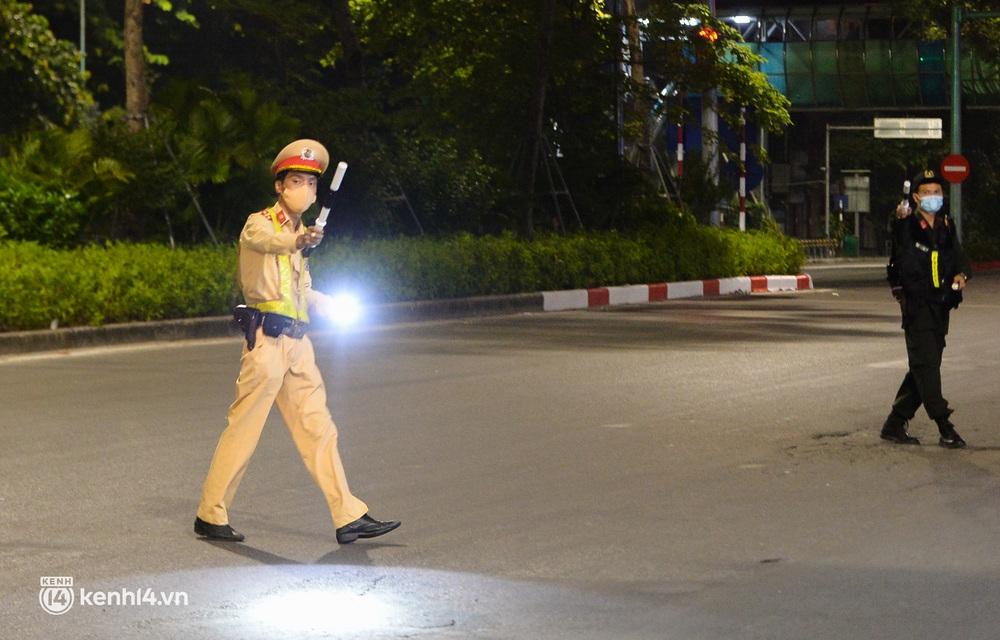Ảnh: Quay đầu xe, giấu ma tuý vào lọ mỹ phẩm vẫn không qua mắt được cảnh sát 141 trong đêm Quốc Khánh 2/9 - Ảnh 1.