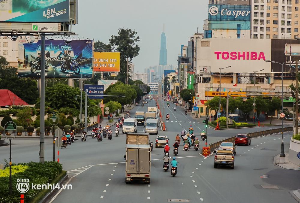 Sài Gòn chiều 30/9: Lâu lắm rồi mới thấy không khí nhộn nhịp, rộn rã khắp mọi nẻo đường - Ảnh 1.