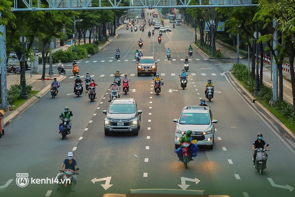 Sài Gòn chiều 30/9: Lâu lắm rồi mới thấy không khí nhộn nhịp, rộn rã khắp mọi nẻo đường - Ảnh 4.