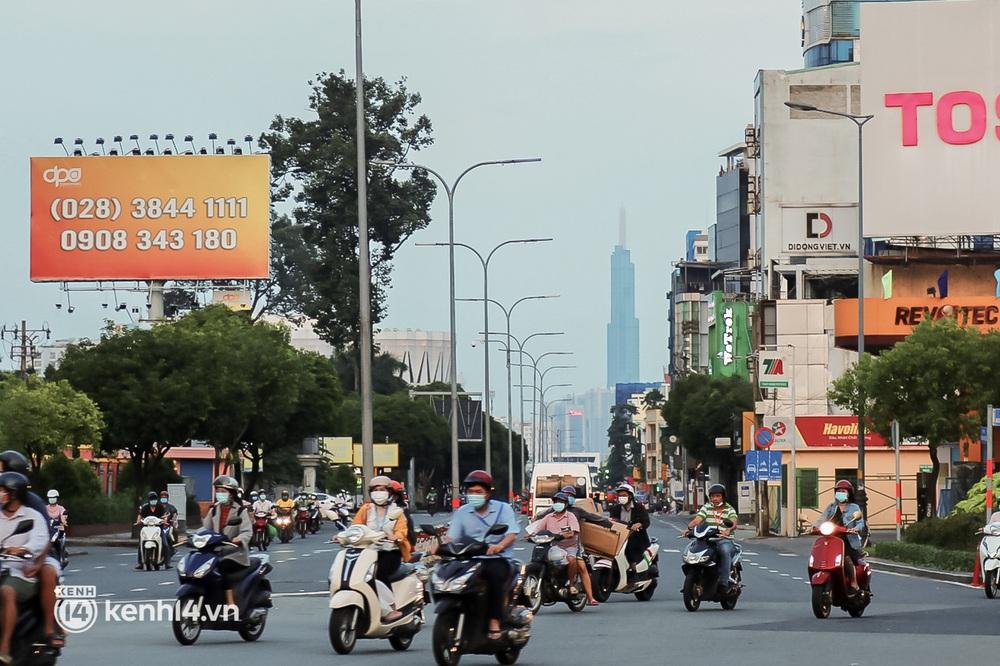 Sài Gòn chiều 30/9: Lâu lắm rồi mới thấy không khí nhộn nhịp, rộn rã khắp mọi nẻo đường - Ảnh 2.