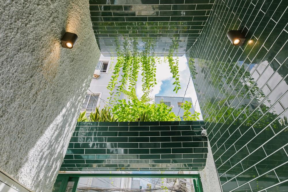 Nhà xanh lá 34m2 lọt thỏm giữa những công trình cao tầng nhưng vẫn nổi nhất khu nhờ loạt điểm nhấn độc nhất vô nhị - Ảnh 7.
