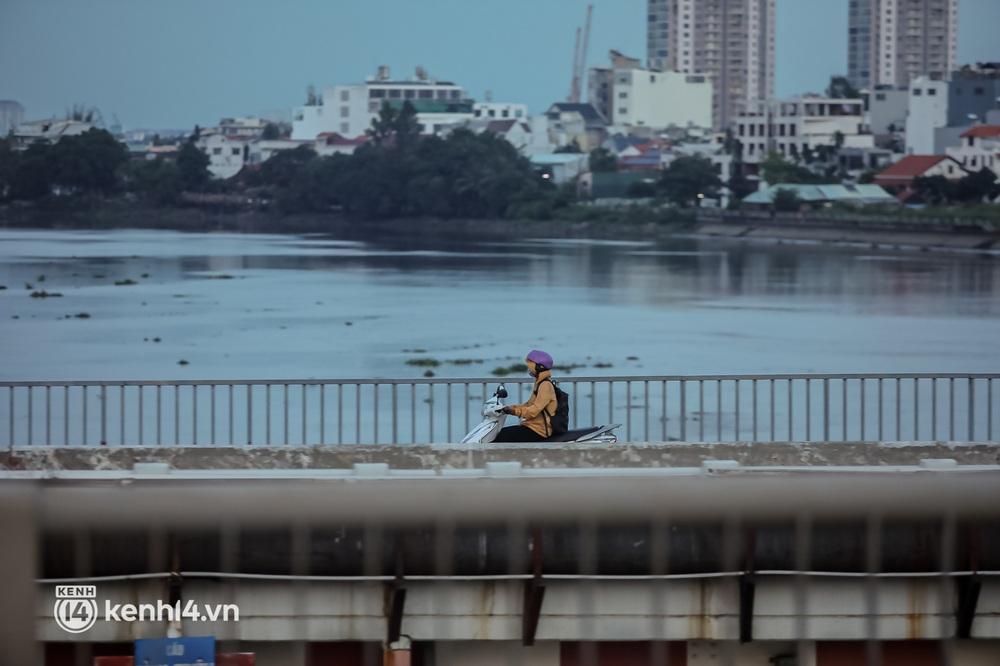 Sài Gòn chiều 30/9: Lâu lắm rồi mới thấy không khí nhộn nhịp, rộn rã khắp mọi nẻo đường - Ảnh 8.